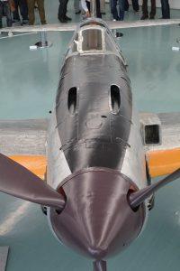 新造されたキャノピー前面のカウリング。機関砲の発射口が見える。